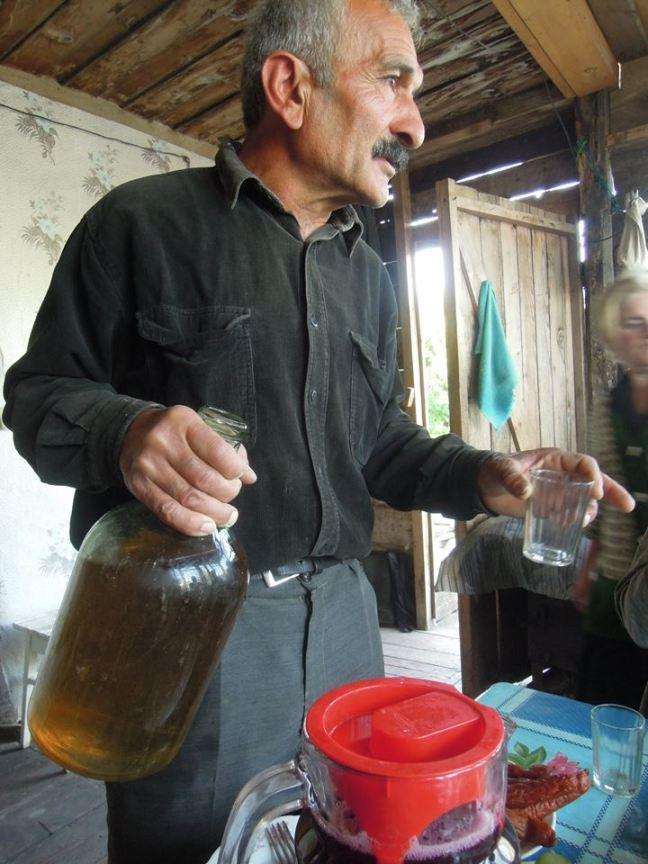 Vazha schenkt seinen Gästen Weißwein ein - Foto Zane Siliņa