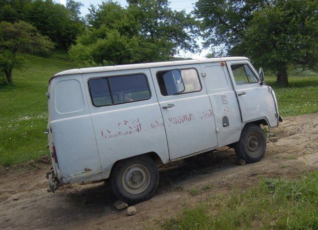 Der Minibus der Reisenden, die Handbremse wurde durch Steine ersetzt.  Foto von Zane Siliņa